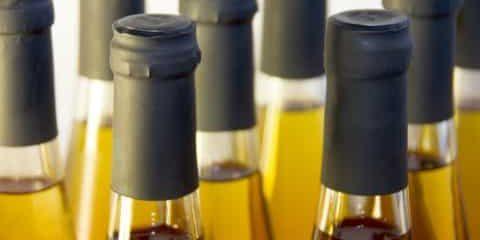 Flaschen mit frischen Säften im Anschnitt
