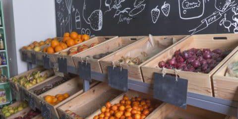 Warenregale mit dieversen Obstsorten
